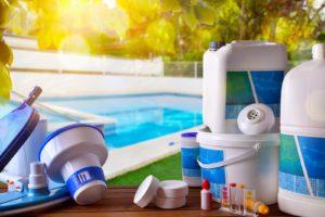Dans notre guide d'entretien pour piscine, on vous dit tout sur les accessoires et les produits dont vous aurez besoin !