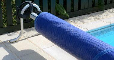 bâche à bulle de piscine sur l'enrouleur