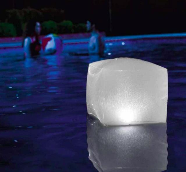 Cube flottant pour illuminer votre piscine