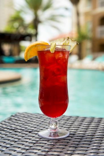 Sirotez un cocktail au bord d'une piscine privée pour votre anniversaire