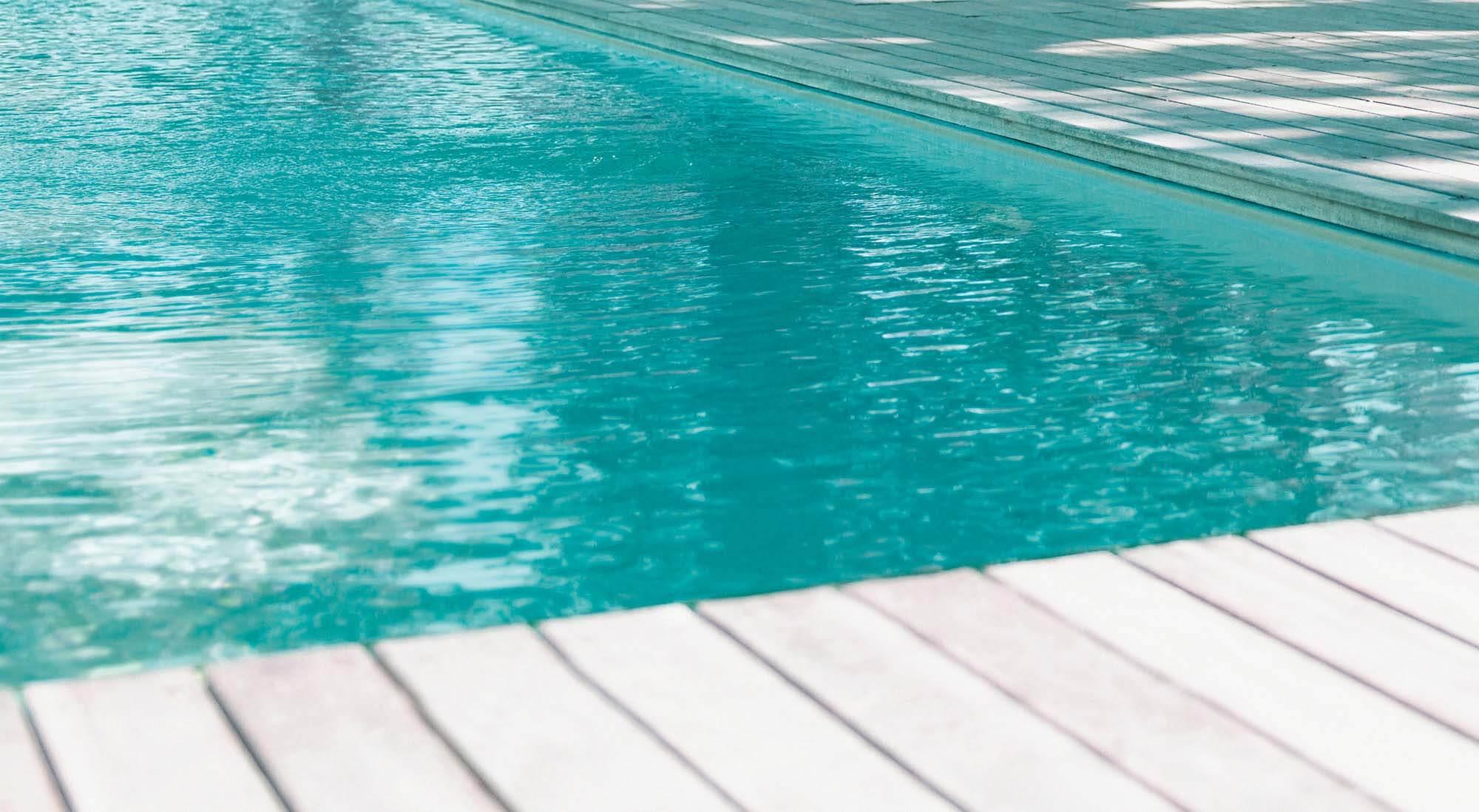 piscine avec eau trouble