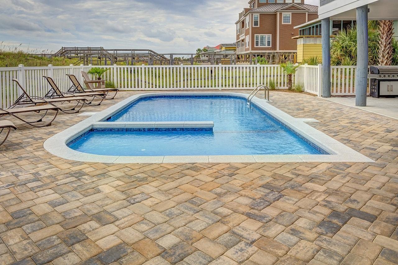 piscine creusée avec des carreaux