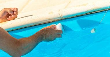 Nettoyer liner de piscine