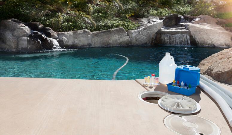Une piscine avec du chlore